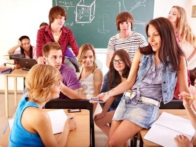 10349056-etudiant-de-groupe-en-salle-de-classe-pres-de-blackboard